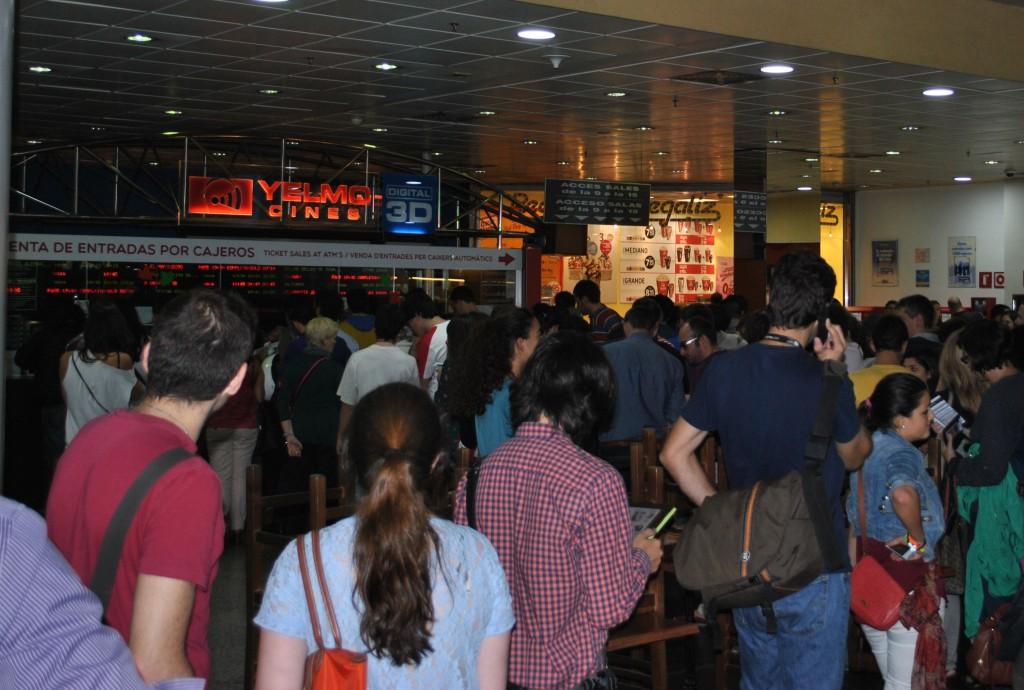 Cua d'espectadors al Yelmo Icaria durant la 'Fiesta del Cine'