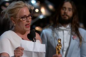 patricia arquette recollint l'oscar a millor actriu de repartiment per 'Boyhood' - Oscars 2015